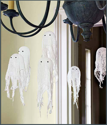 foto divertente per blog halloween 3 - decorazioni particolari fantasmi appesi