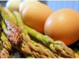 Uova con asparagi e spinaci: piatto unico con meno di 200 calorie!