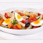 Insalata di pasta fredda con le uova: fresco piatto unico