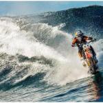 Fare surf sulle acque a bordo della moto da cross