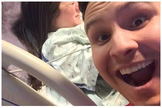 La moglie sta partorendo e lui fa il selfie!