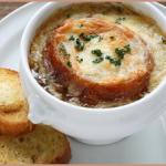 Zuppa di cipolle, piatto tipico della cucina povera francese