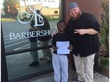 Promette tagli di capelli gratis in cambio di buoni voti. Ora un barbiere del nord Carolina deve mantenere la parola