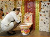 Questa signora sta decorando il wc per un evento speciale: la Fiera internazionale del bagno di Seul, in Corea.