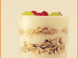 Mousse di ricotta con croccante di muesli e uva bianca