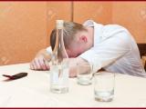 Si ubriaca fino a sembrare morto, si sveglia in obitorio e torna a bere