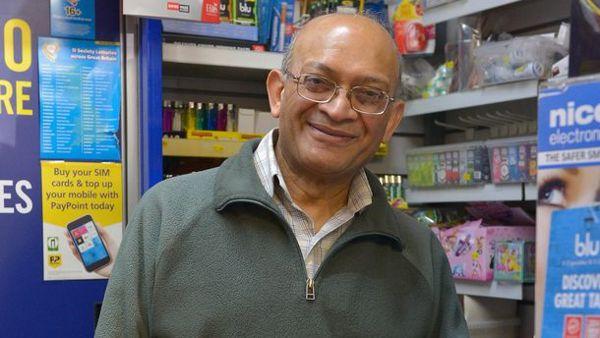 Natu Patel, il titolare dell'edicola dove è stato acquistato il biglietto vincente della lotteria e dimenticato in lavatrice