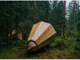 Ascoltare i suoni della natura con un enorme altoparlante di legno