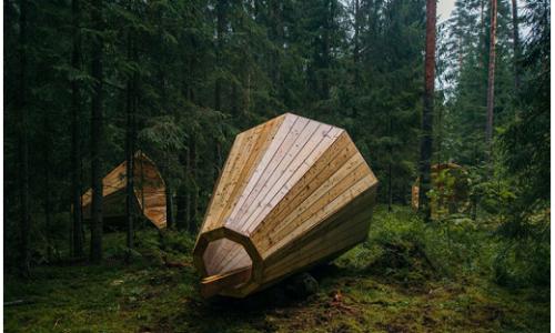 Ascoltare i suoni della natura con enormi altoparlanti di legno