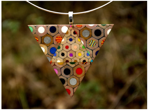 Collana triangolo dall'edizione di magia naturale, di matite colorate marca KOH-I-NOOR Jumbo e dorato e argento. Ciondolo triangolo è il componente di bijoux anello in argento.