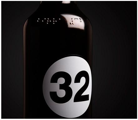 """Stampata sulla bottiglia di vetro in alfabeto braille, la scritta """"Birra 32"""" è immediatamente riconoscibile al tatto: una dedica speciale per consumatori speciali"""