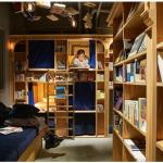 Dormiresti tra gli scaffali di una biblioteca? Book and Bed è l'ostello che fa per te!