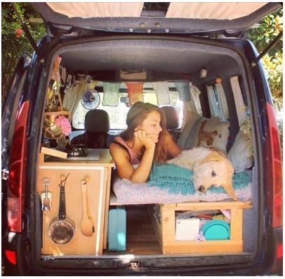Gira il mondo con furgone e cane: lei è Marina e lui Pamthevan