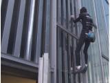Spiderman francese scala 29 piani: nuova impresa di Alain Robert che senza protezione e a mani nude è salito sulla cima dell'hotel Melia Barcelona Sky