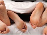 Germania. Due ragazze e un ragazzo fanno sesso a tre quando una di loro cade dal balcone mentre l'altra inciampa sulle scale. Bollettino medico pesante. Illeso l'uomo.