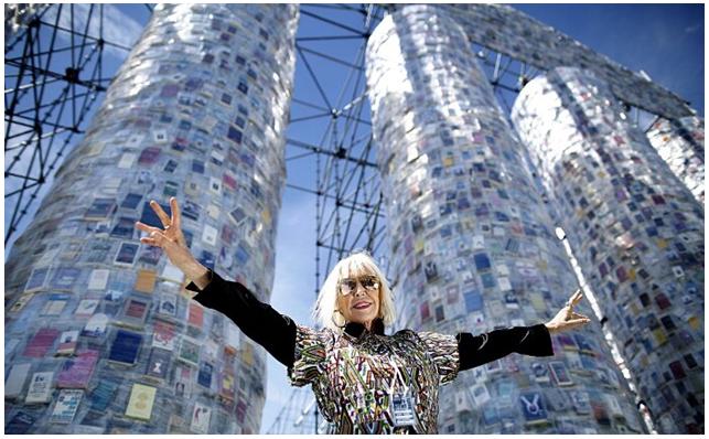L'artista argentina Marta Minujin davanti al Partenone dei libri