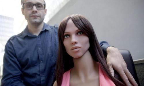 Samantha la bambola del sesso danneggiata per troppe molestie durante una mostra