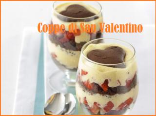Coppe di San Valentino con fragole e biscotti al cioccolato