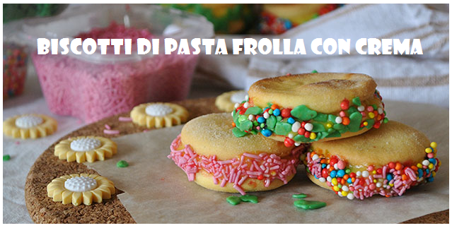 Biscotti di pasta frolla con crema pasticciera e granella di nocciole
