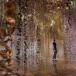 Rebecca Louise Law e il giardino invertito: ecco l'incredibile installazione di piante e fiori