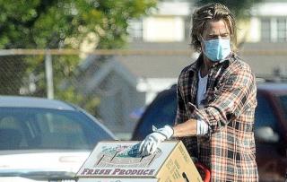 Brad Pitt aiuta le famiglie di Los Angeles bisognose di aiuto